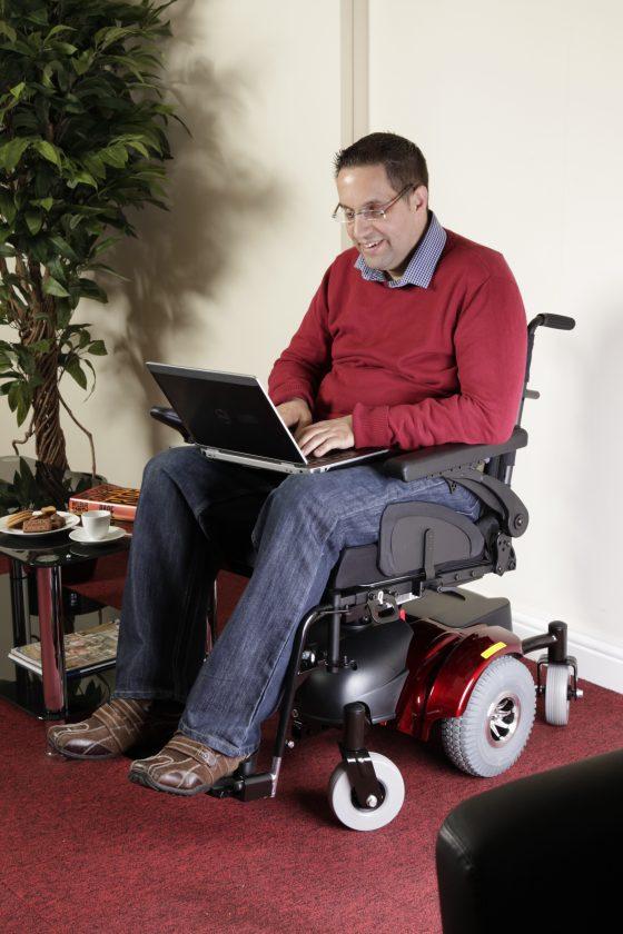 Silla-de-ruedas-electrica-Hula-con-señor