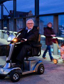 scooter-electrico-personas-mayores-S400-con-señor-mayor